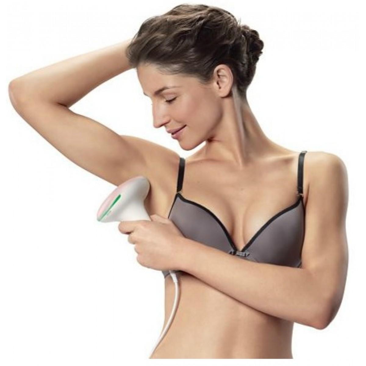 mujer utilizando depiladora de luz pulsada en la axila