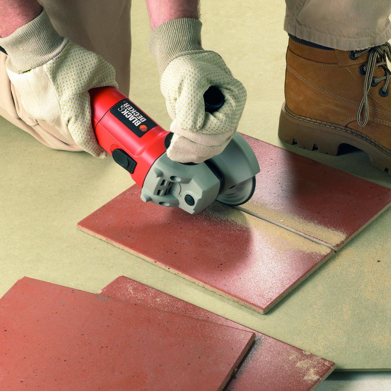 albañil cortando azulejos con amoladora