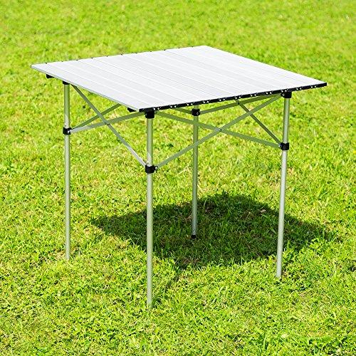 mesa plegable montada en el jardín