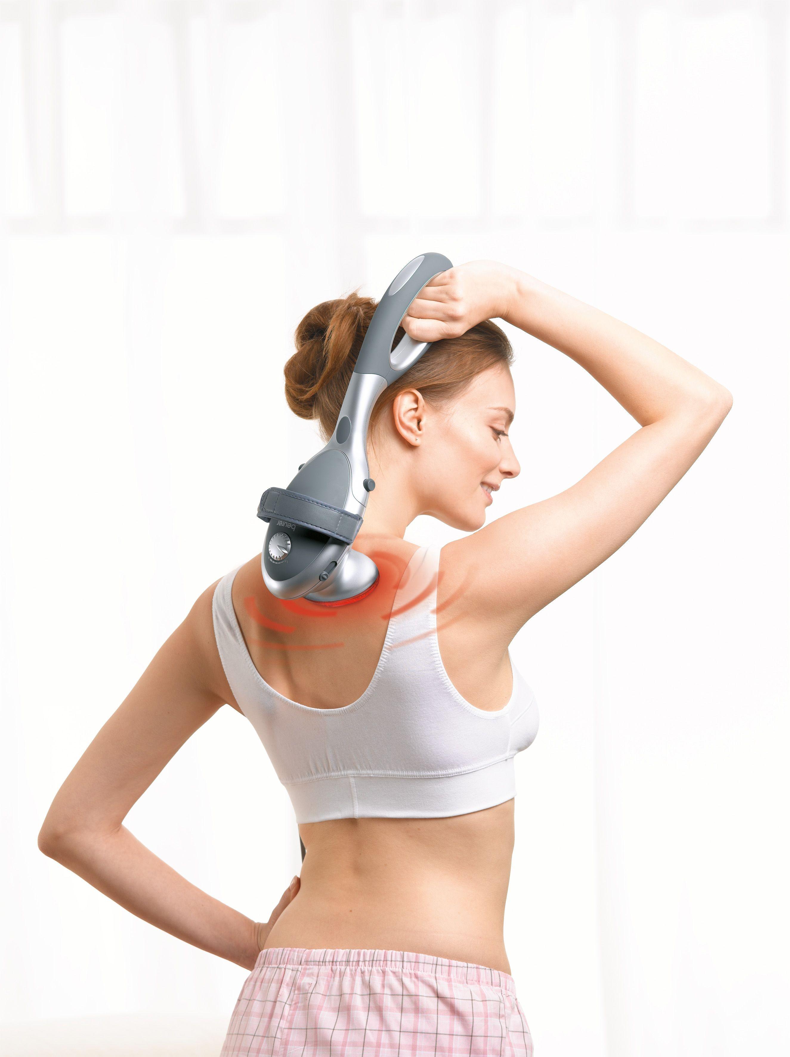 mujer utilizando un masajeador en la espalda